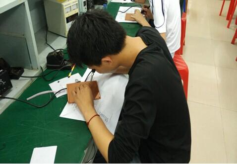 焊接着电路板,力争在比赛中赛出最好的成绩,也体现了通信专业学生严谨