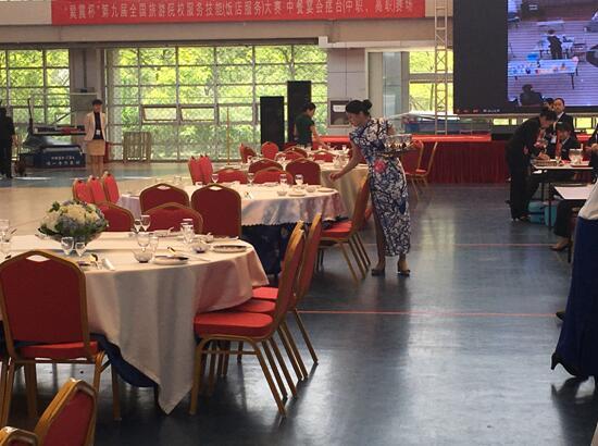 (图三)中式宴会摆台比赛现场