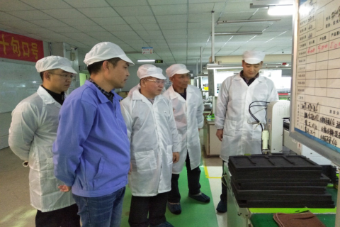 (图四)参观海弘科技生产车间 梁秋生副院长一行在佛山海尔集团